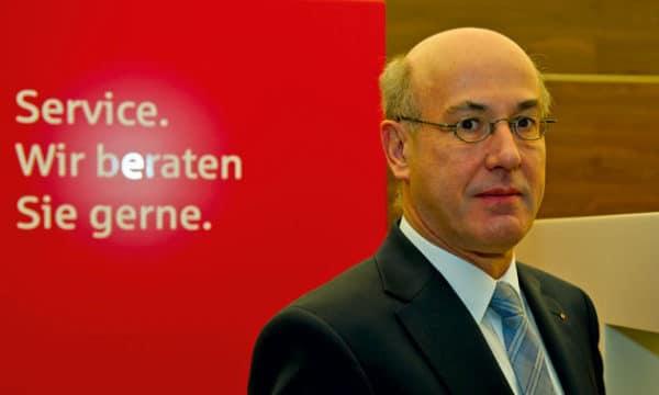 Vorstandsvorsitzender <b>Johannes Rieger</b> zum Geschäftsjahr 2011 der Sparkasse ... - JohannesRiegermitService1-600x360