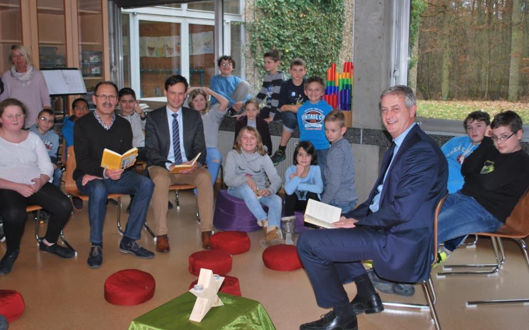 AOK-Direktor und Landrat waren Gast-Vorleser in der Heideschule Schwebheim
