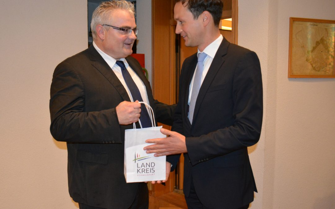 Landrat Florian Töpper gratuliert Willi Warmuth