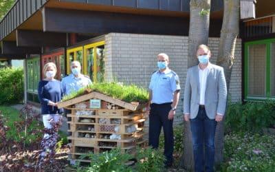 Kindergarten St. Burkard in Oerlenbach stellt mit Spendengeldern des Bundespolizeiaus- und -fortbildungszentrums Oerlenbach (BPOLAFZ OEB) ein Insektenhotel her