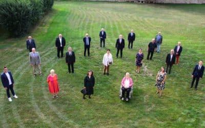 Landrat Florian Töpper würdigt im Schloss Sulzheim das Engagement von 21 ehemaligen Mandatsträgern