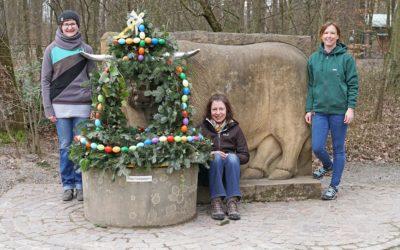 Ein bunt geschmückter Osterbrunnen als Zeichen der Hoffnung
