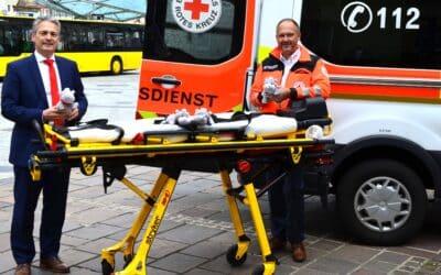 Sparkasse Schweinfurt-Haßberge übergibt 50 Kuscheltiere an das Bayerische Rote Kreuz